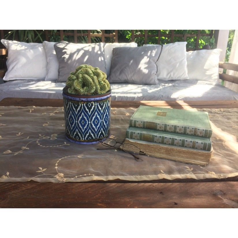 Portamacetas cerámica azulejo azul. Ambiente