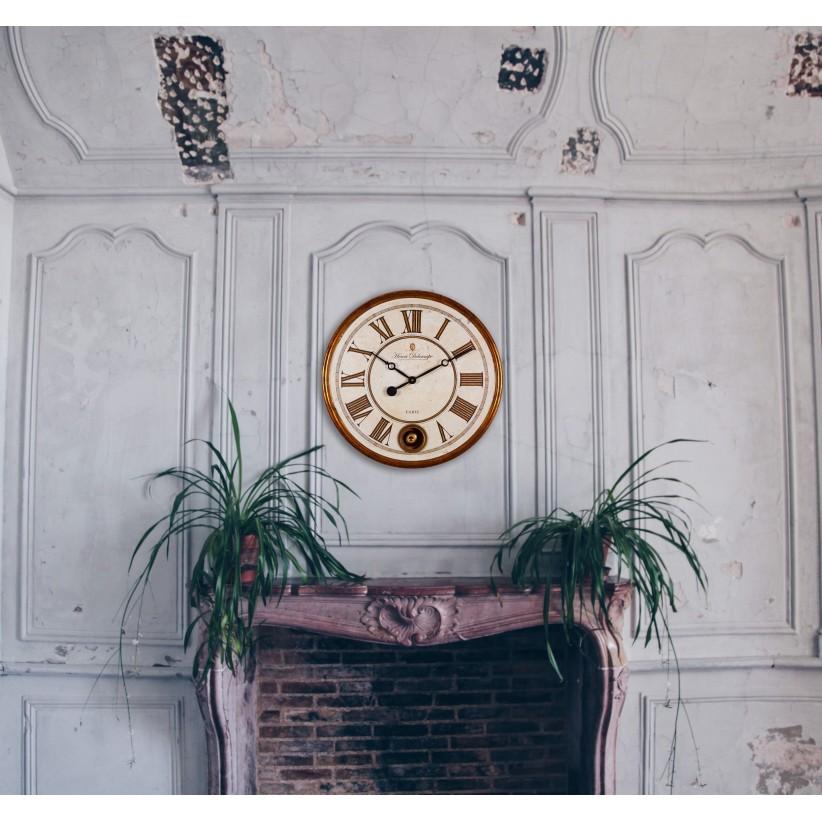 Reloj de pared dorado con péndulo. Ambiente